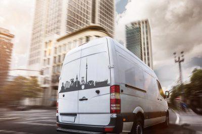 lieferwagen-fhrt-durch-eine-stadt_skyline